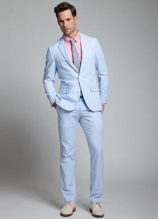 Как и с чем носить: голубой костюм из жатого хлопка, розовая классическая рубашка, бежевые замшевые туфли дерби, серый галстук в горошек