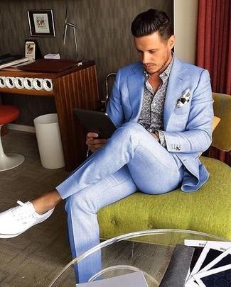 Как и с чем носить: голубой костюм, синяя рубашка с длинным рукавом с принтом, белые плимсоллы, белый нагрудный платок с принтом
