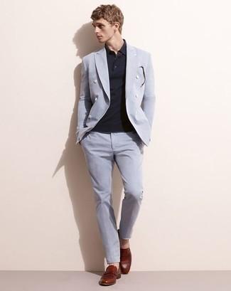 Темно-красные кожаные лоферы: с чем носить и как сочетать мужчине: Сочетание голубого костюма и темно-синей футболки-поло поможет подчеркнуть твой индивидуальный стиль и выгодно выделиться из общей массы. Хотел бы привнести в этот наряд немного нарядности? Тогда в качестве дополнения к этому образу, выбирай темно-красные кожаные лоферы.