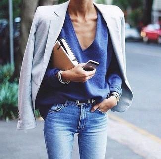 Как и с чем носить: голубой пиджак, синий свитер с v-образным вырезом, голубые джинсы скинни