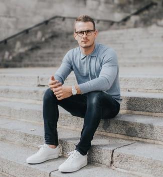 Голубой свитер с воротником поло: с чем носить и как сочетать мужчине: Если ты любишь одеваться по моде, и при этом чувствовать себя комфортно и расслабленно, тебе стоит примерить это сочетание голубого свитера с воротником поло и темно-серых зауженных джинсов. Если сочетание несочетаемого импонирует тебе не меньше, чем безвременная классика, дополни этот наряд белыми низкими кедами.