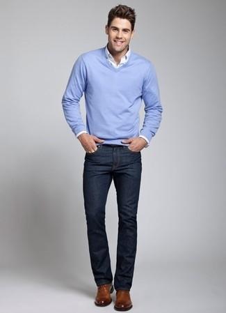Для свидания в кино или кафе отлично подойдет сочетание голубого свитера с v-образным вырезом и темно-синих джинсов. И почему бы не добавить в повседневный образ немного шика с помощью коричневых кожаных туфель дерби?