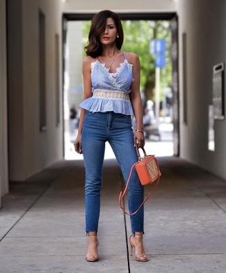 Как и с чем носить: голубой топ без рукавов, синие джинсы скинни, бежевые кожаные босоножки на каблуке, оранжевая кожаная сумка через плечо