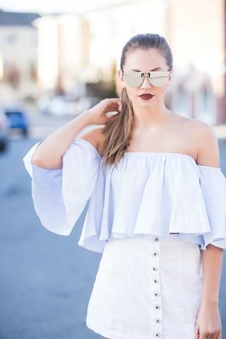 Как и с чем носить: голубой топ с открытыми плечами, белая юбка на пуговицах, серебряные солнцезащитные очки