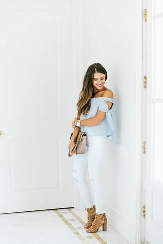 Как и с чем носить: голубой топ с открытыми плечами, белые рваные джинсы скинни, светло-коричневые замшевые босоножки на каблуке, бежевая кожаная стеганая сумка-саквояж