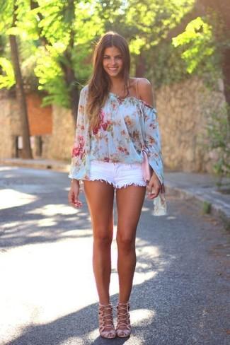Для выходного дня в компании друзей отлично подойдет сочетание голубого топа с открытыми плечами с цветочным принтом и белых джинсовых шорт. Если ты не боишься экспериментировать, на ноги можно надеть розовая обувь.