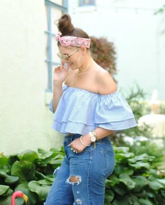 Как и с чем носить: голубой топ с открытыми плечами в вертикальную полоску, синие рваные джинсы скинни, розовая бандана