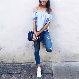 Как и с чем носить: голубой топ с открытыми плечами, синие рваные джинсы скинни, белые низкие кеды, темно-синяя кожаная стеганая сумка через плечо