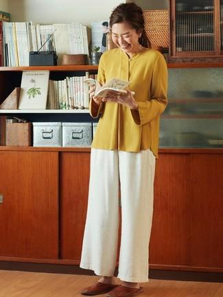 Как и с чем носить: горчичная блузка с длинным рукавом, белые широкие брюки, коричневые кожаные лоферы