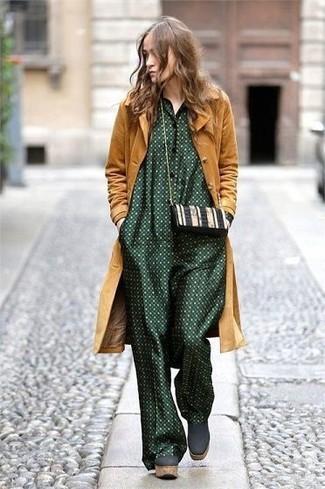 Как и с чем носить: горчичное пальто, темно-зеленый комбинезон в горошек, темно-зеленые замшевые массивные ботильоны, черно-белая кожаная сумка через плечо