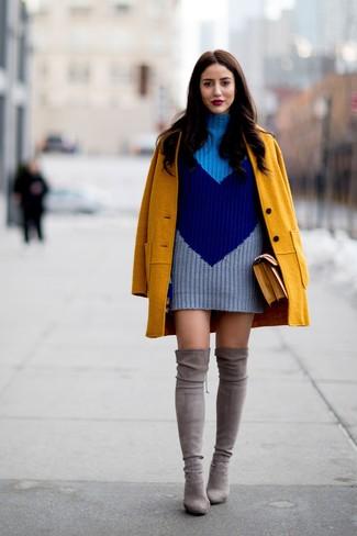 Как и с чем носить: горчичное пальто, темно-синее вязаное платье-свитер, серые замшевые ботфорты, горчичная кожаная сумка-саквояж