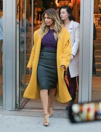 Как Kim Kardashian носит Горчичное пальто, Фиолетовая футболка с длинным рукавом, Черная юбка-карандаш, Светло-коричневые кожаные босоножки на каблуке