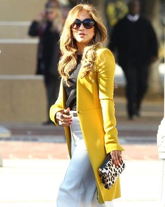 Сочетание горчичного пальто и белых широких брюк уместно и в офисе, и на прогулке с подругой.