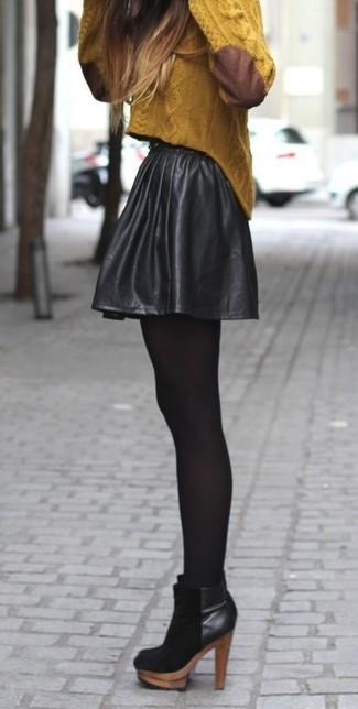 Как и с чем носить: горчичный вязаный свитер, черная кожаная короткая юбка-солнце, черные замшевые ботильоны, черные колготки