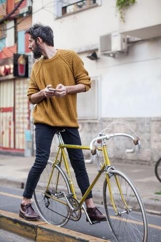 Горчичный вязаный свитер и черные зауженные джинсы — must have вещи в гардеробе джентльменов с отменным чувством стиля. Хотел бы привнести в этот ансамбль немного классики? Тогда в качестве дополнения к этому образу, обрати внимание на темно-коричневые кожаные дезерты.