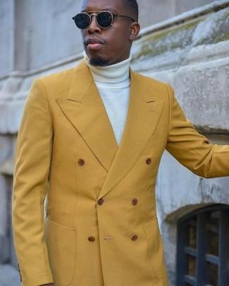 Как и с чем носить: горчичный двубортный пиджак, белая водолазка, черные солнцезащитные очки