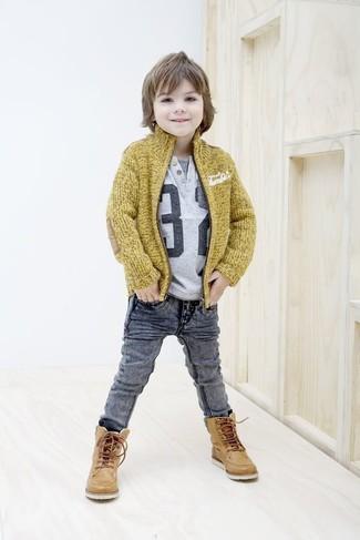 Как и с чем носить: горчичный кардиган, серая футболка с принтом, серые джинсы, светло-коричневые кожаные ботинки