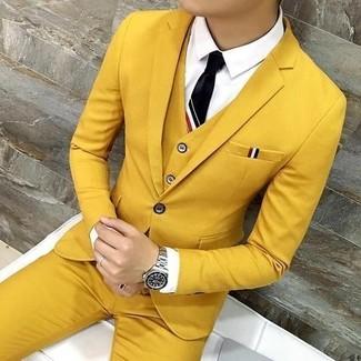 Как и с чем носить: горчичный костюм-тройка, белая классическая рубашка, черный галстук, серебряные часы