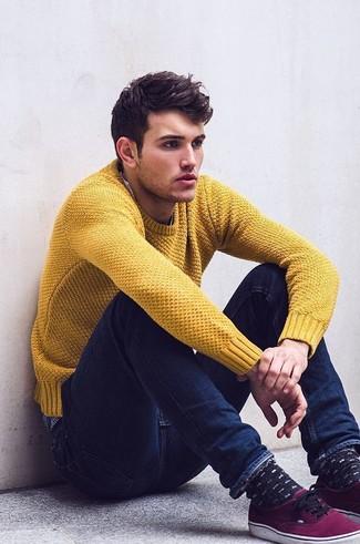 Как и с чем носить: горчичный свитер с круглым вырезом, темно-синие зауженные джинсы, пурпурные низкие кеды
