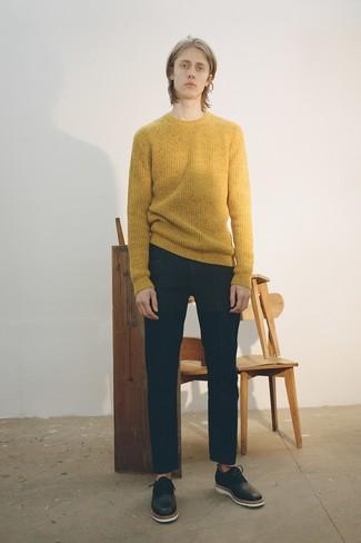 Как и с чем носить: горчичный свитер с круглым вырезом, черные джинсы, черные кожаные оксфорды