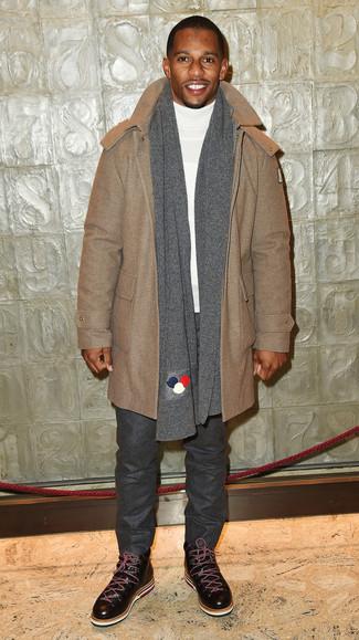 Как и с чем носить: светло-коричневый дафлкот, белая водолазка, темно-серые шерстяные брюки чинос, темно-коричневые кожаные повседневные ботинки