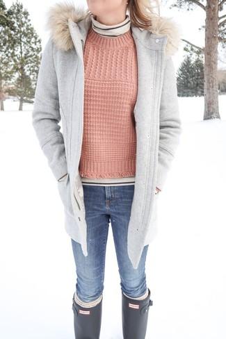 Как и с чем носить: серый дафлкот, бежевая водолазка в горизонтальную полоску, розовый вязаный свитер, синие джинсы скинни