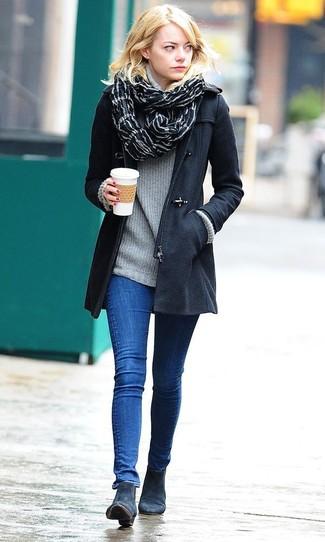 Как и с чем носить: черный дафлкот, серая водолазка, синие джинсы скинни, темно-синие замшевые ботильоны