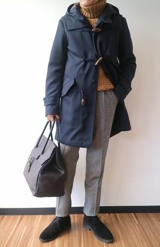 Как и с чем носить: темно-синий дафлкот, горчичная шерстяная водолазка, серые шерстяные классические брюки, черные замшевые ботинки дезерты