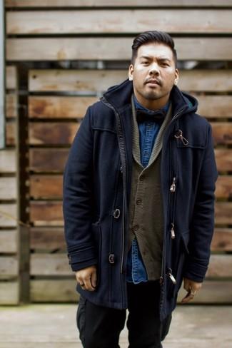 Как и с чем носить: темно-синий дафлкот, оливковый кардиган с отложным воротником, темно-синяя джинсовая рубашка, черные брюки карго