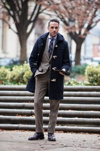 Голубая классическая рубашка: с чем носить и как сочетать мужчине: Несмотря на то, что это довольно-таки консервативный ансамбль, сочетание голубой классической рубашки и темно-синего дафлкота приходится по душе стильным мужчинам, неизменно пленяя при этом сердца женщин. Завершив образ темно-пурпурными кожаными ботинками броги, можно привнести в него немного беззаботства.