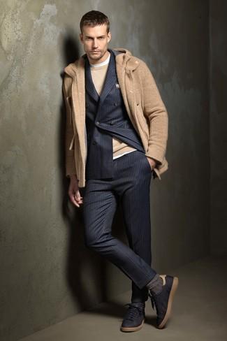 Как и с чем носить: светло-коричневый дафлкот, темно-синий костюм в вертикальную полоску, светло-коричневый свитер с круглым вырезом, белая футболка с круглым вырезом