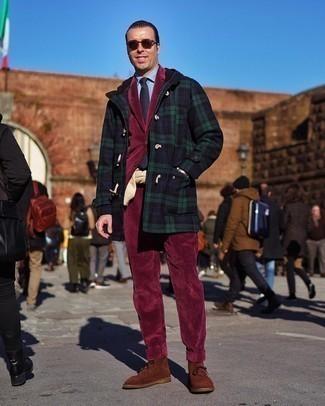 С чем носить темно-красный вельветовый костюм: Несмотря на то, что это классический образ, тандем темно-красного вельветового костюма и темно-синего дафлкота в шотландскую клетку является постоянным выбором стильных мужчин, неизбежно пленяя при этом сердца женского пола. Этот лук великолепно дополнят коричневые замшевые ботинки дезерты.