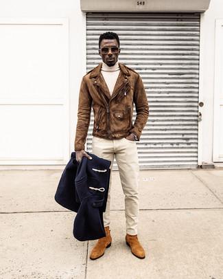 Как и с чем носить: темно-синий дафлкот, коричневая замшевая косуха, бежевая водолазка, бежевые брюки чинос