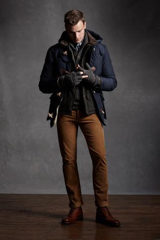 Как и с чем носить: темно-синий дафлкот, темно-серая куртка без рукавов, темно-серый свитер с отложным воротником, табачные брюки чинос