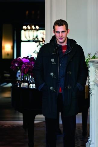 Как и с чем носить: темно-синий дафлкот, темно-синяя стеганая полевая куртка, красный свитер с круглым вырезом с жаккардовым узором, белая футболка с круглым вырезом
