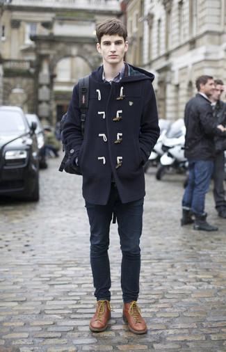 Коричневые кожаные повседневные ботинки: с чем носить и как сочетать мужчине: Темно-синий дафлкот и темно-синие джинсы — великолепное решение для первого свидания или встречи с друзьями. Вместе с этим луком удачно будут смотреться коричневые кожаные повседневные ботинки.