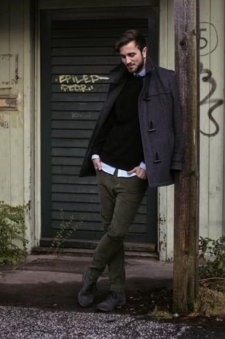 Как и с чем носить: темно-серый дафлкот, черный свитер с круглым вырезом, голубая рубашка с длинным рукавом, оливковые вельветовые джинсы
