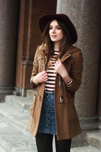 Как и с чем носить: коричневый дафлкот, красно-белый свитер с круглым вырезом в горизонтальную полоску, синяя джинсовая юбка на пуговицах, темно-красная шерстяная шляпа