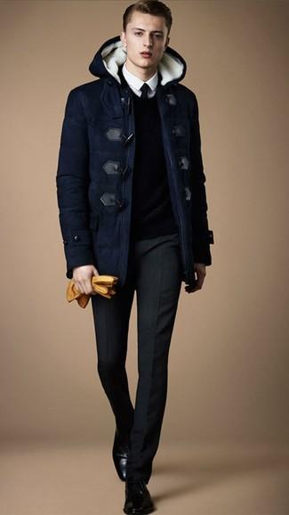 Как и с чем носить: темно-синий дафлкот, темно-синий свитер с v-образным вырезом, белая классическая рубашка, черные классические брюки