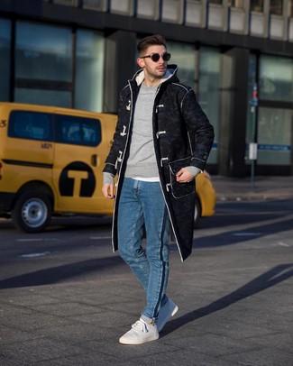 Как и с чем носить: темно-серый дафлкот, серый свитшот, белая футболка с круглым вырезом, синие джинсы