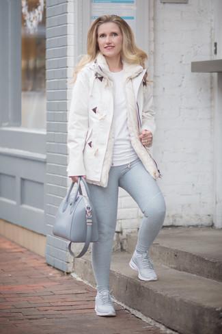 Как и с чем носить: белый дафлкот, белая футболка с круглым вырезом, серые леггинсы, серые кроссовки