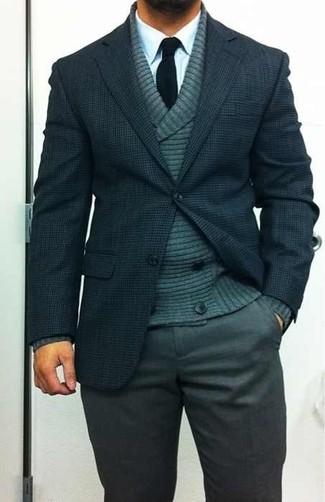 Модный лук: темно-зеленый двубортный кардиган, темно-синий шерстяной пиджак, белая классическая рубашка, темно-серые классические брюки