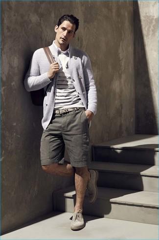 Как и с чем носить: серый двубортный кардиган, бежевый свитер с круглым вырезом в горизонтальную полоску, белая рубашка с длинным рукавом, оливковые шорты