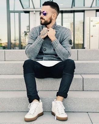 Фиолетовые солнцезащитные очки: с чем носить и как сочетать мужчине: Такое простое и комфортное сочетание базовых вещей, как серый двубортный кардиган и фиолетовые солнцезащитные очки, нравится мужчинам, которые любят проводить дни активно. Белые высокие кеды из плотной ткани станут хорошим завершением твоего ансамбля.