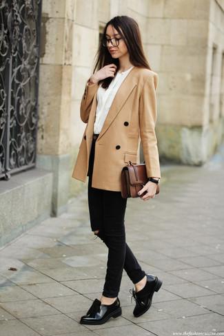 Как и с чем носить: светло-коричневый двубортный пиджак, белая блузка с длинным рукавом, черные джинсы скинни, черные кожаные лоферы с кисточками