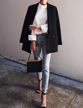 Как и с чем носить: черный двубортный пиджак, белая блузка с длинным рукавом, голубые джинсы, черные замшевые босоножки на каблуке