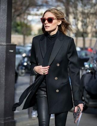 Как Olivia Palermo носит Черный двубортный пиджак, Черная шелковая блузка с длинным рукавом, Черные кожаные узкие брюки, Серый кожаный клатч со змеиным рисунком
