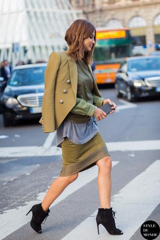 Как и с чем носить: оливковый двубортный пиджак, оливковая блузка с длинным рукавом, серая футболка с круглым вырезом, оливковая юбка-карандаш