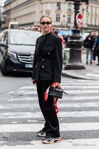 Как и с чем носить: черный двубортный пиджак, черные брюки-клеш, темно-серые кроссовки, черная кожаная сумочка
