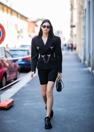 Как и с чем носить: черный двубортный пиджак, черные велосипедки, черные кроссовки, черная кожаная сумка через плечо